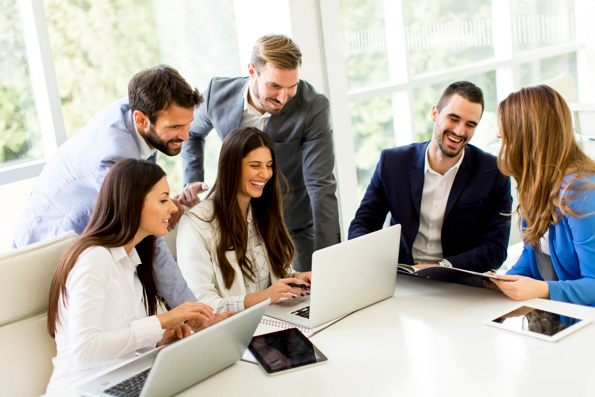 https://bluspace.pl/wp-content/uploads/2021/02/startup-business-team-on-meeting-in-modern-bright-office-interior-and-working-on-laptop-1.jpg